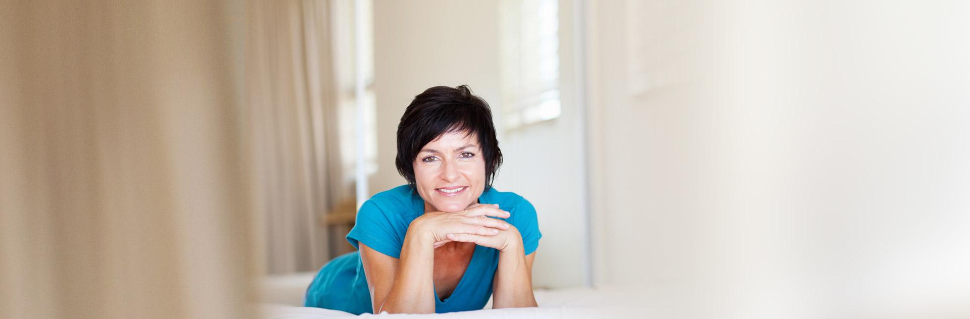 Mujer sonriendo tras optar por Pelucas Estéticas