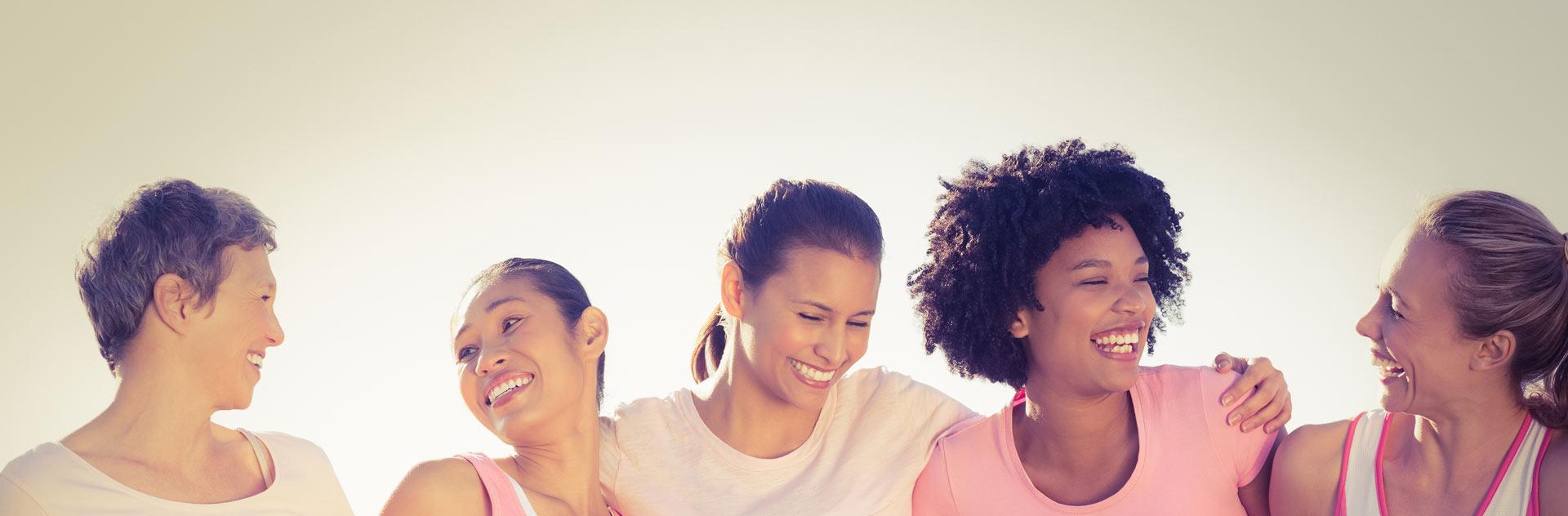 Imagen de mujeres sonriendo tras optar por pelucas oncológicas