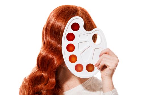 Chica con paleta de coloración preocupada por alopecia