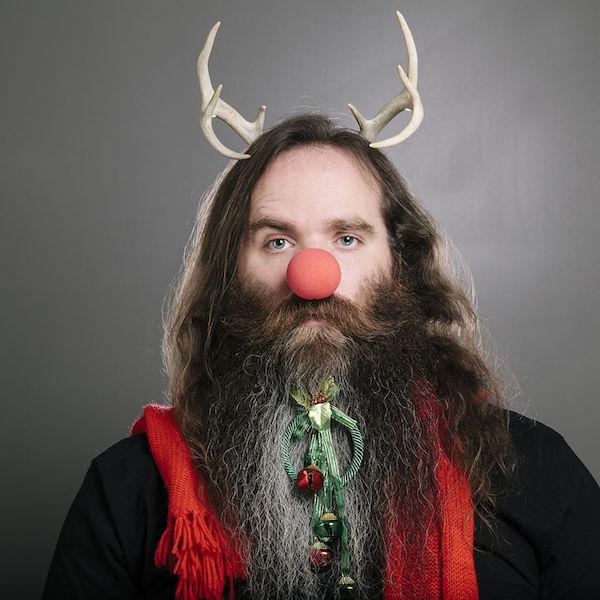 Hombre con su barba decorada para Navidad
