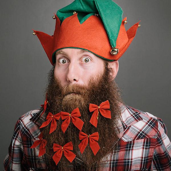 Barba decorada con lazos rojos de Navidad