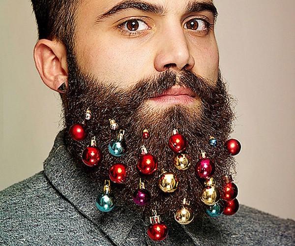 Chico con barba decorada con bolas de Navidad