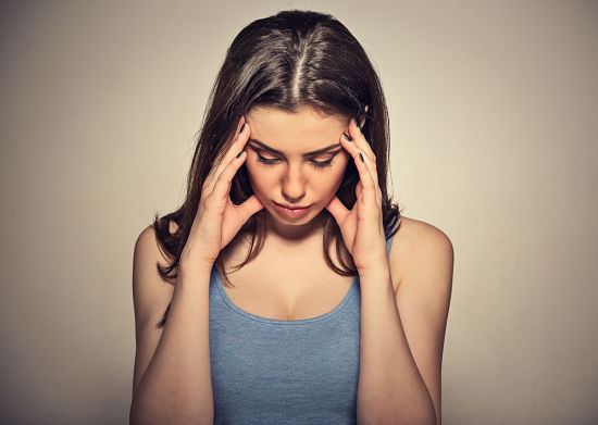 Mujer joven con estrés y problemas de alopecia femenina