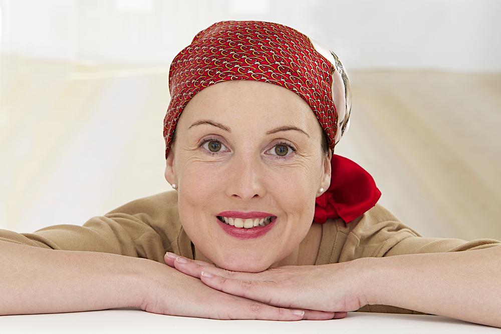 Mujer en tratamiento de Quimioterapia y alopecia