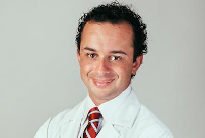 Imagen del Dr. Marco Romeo, Cirujano Plástico y colaborador de Capilárea, que nos habla del Microinjerto