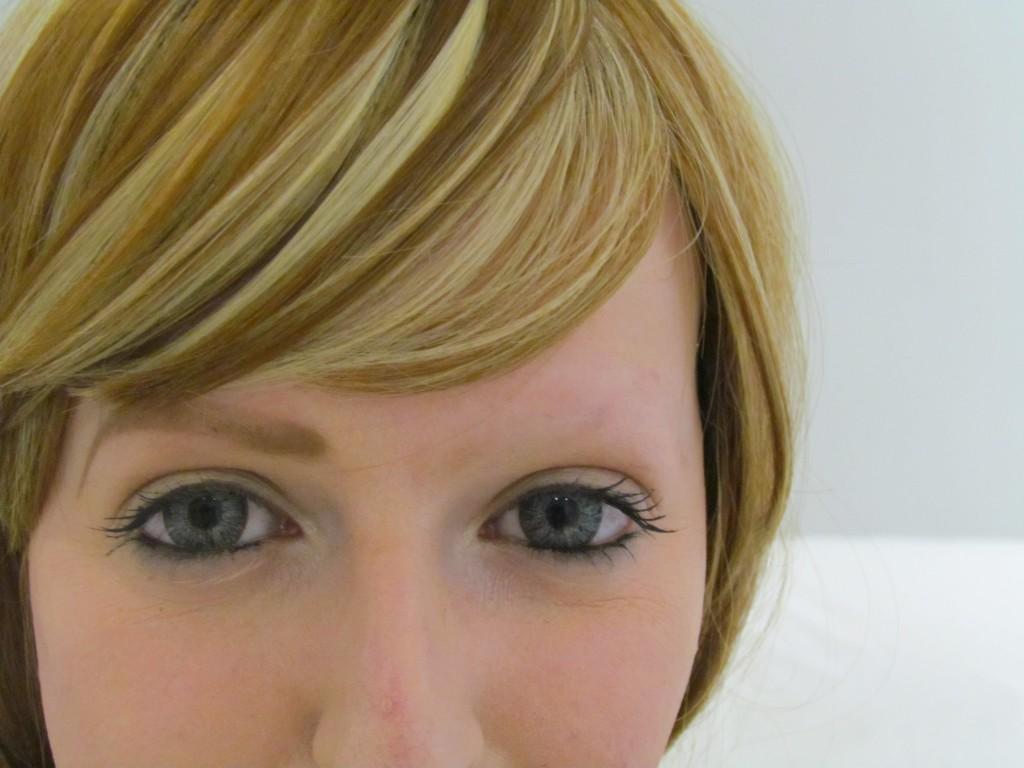 Imagen de chica con maquillaje de cejas semi-permanente