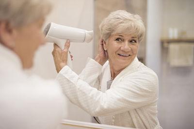 Imagen de mujer madura con alopecia femenina por envejecimiento