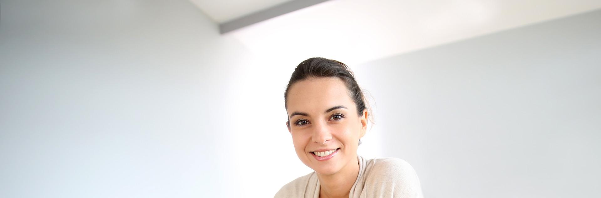 Imagen de mujer tras posible tratamiento para alopecia en cejas