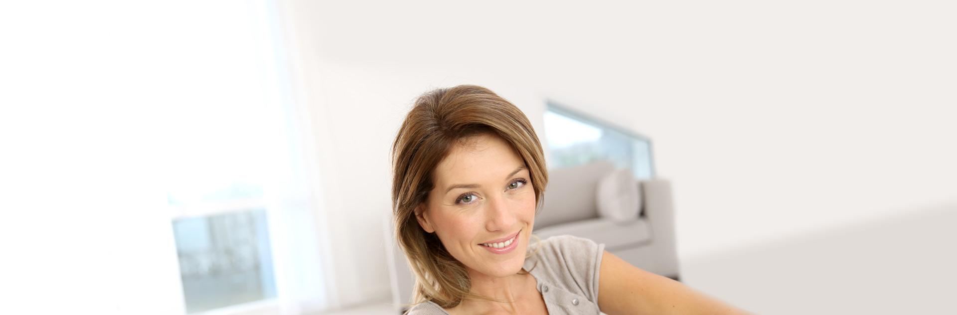 Imagen de mujer con bonitas cejas, que pueden ser el resultado de un maquillaje de cejas semi-permanente