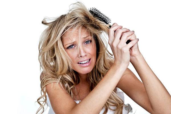 Mujer con problemas para cepillar el pelo
