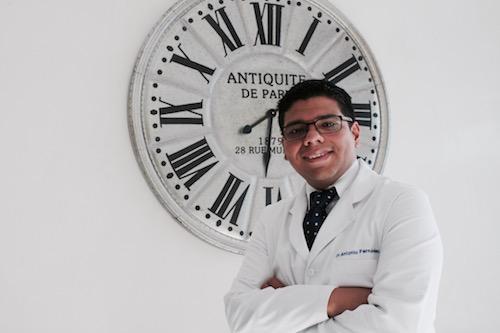 Imagen del Dr. Antonio Fernández, cirujano capilar