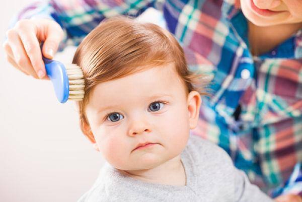 Imagen de un niño y cuáles pueden ser las causas de una posible alopecia en niños