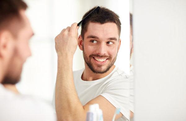 Hombre joven con éxito en injerto capilar