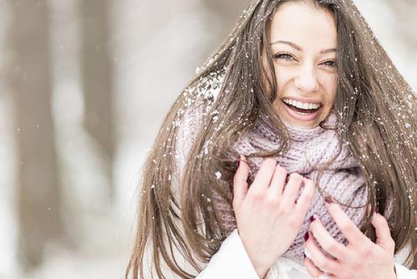 Imagen de chica cuidando su pelo en invierno
