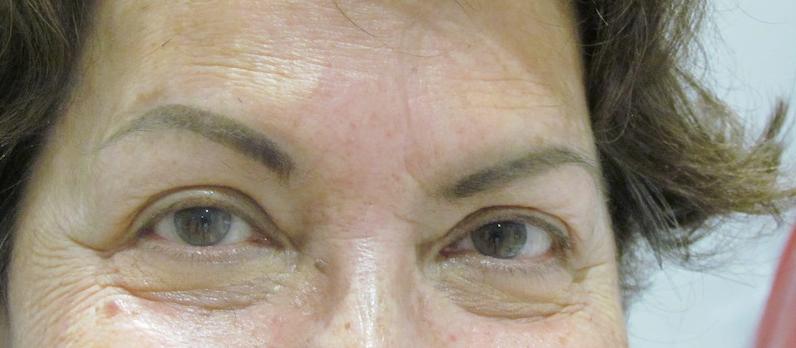 Mujer con maquillaje de cejas semi permanente