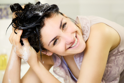Imagen de mujer que aprende a cuidar el cabello en casa