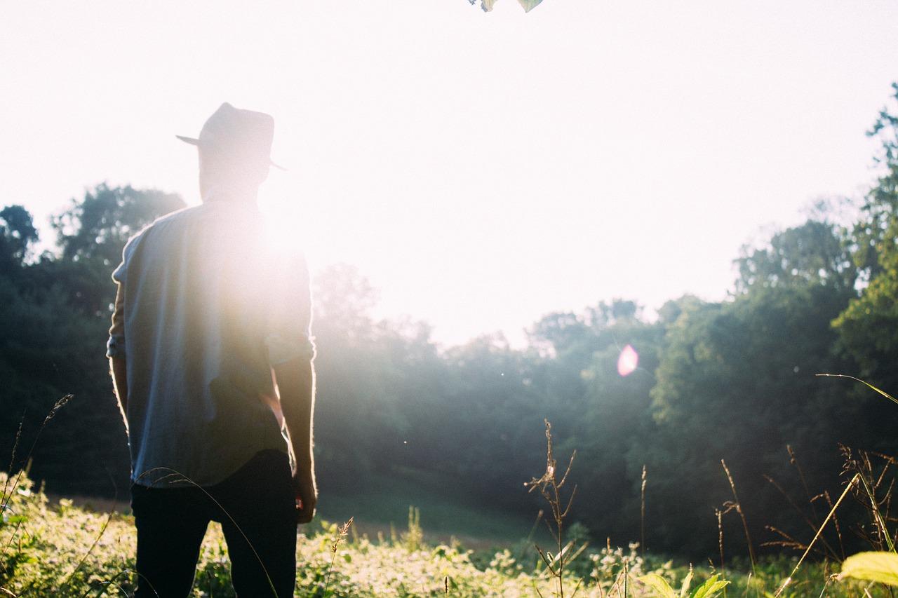 Imagen de hombre con mircoinjerto capilar en verano